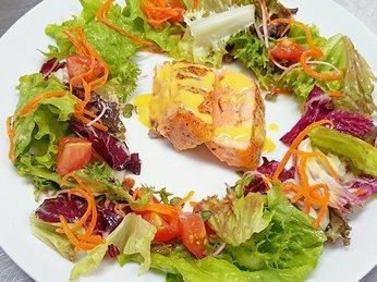 Cách làm salad rong nho cá hồi xốt chanh dây