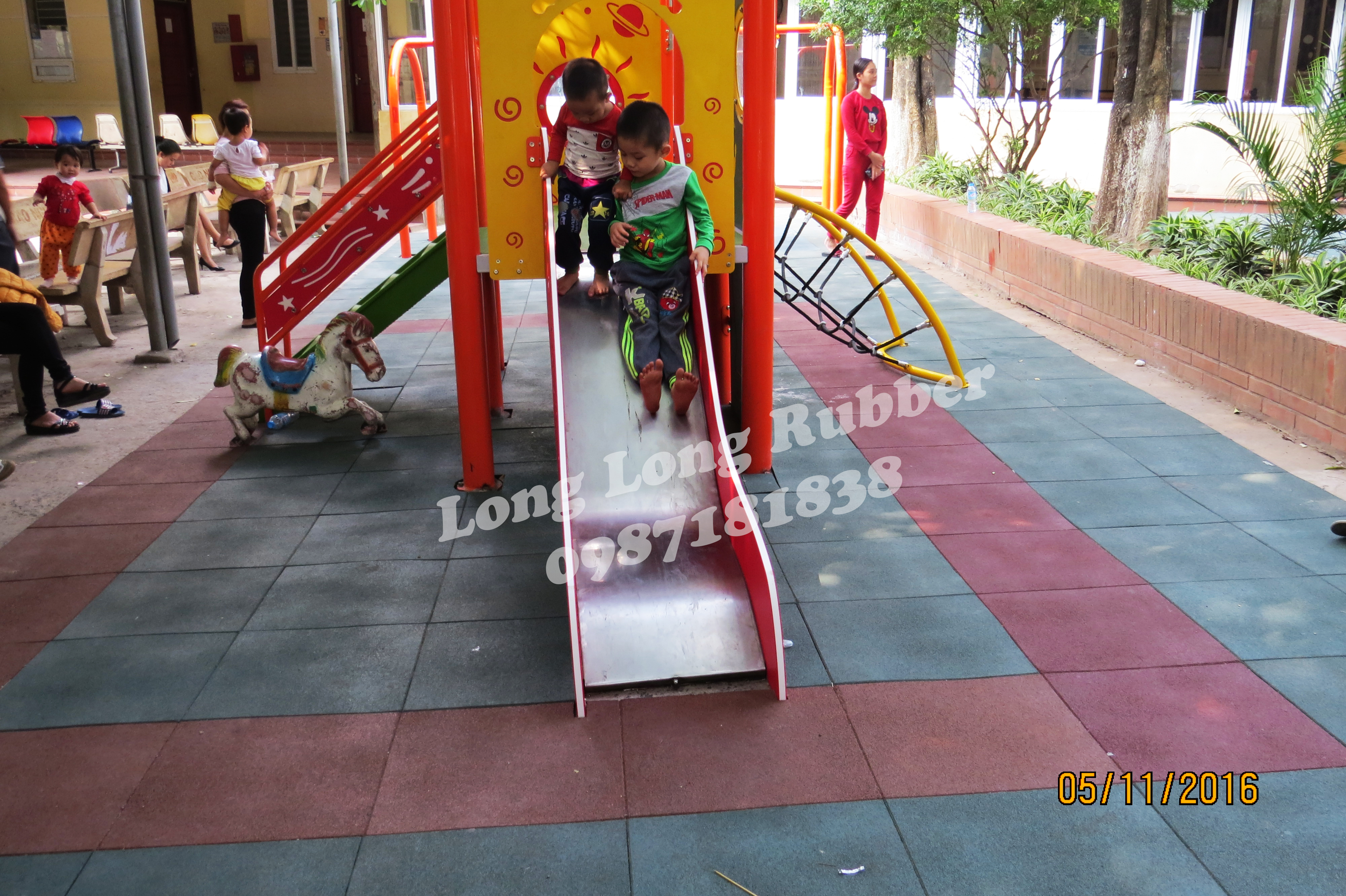 Safe outdoor rubber playground mats from Vietnam factory