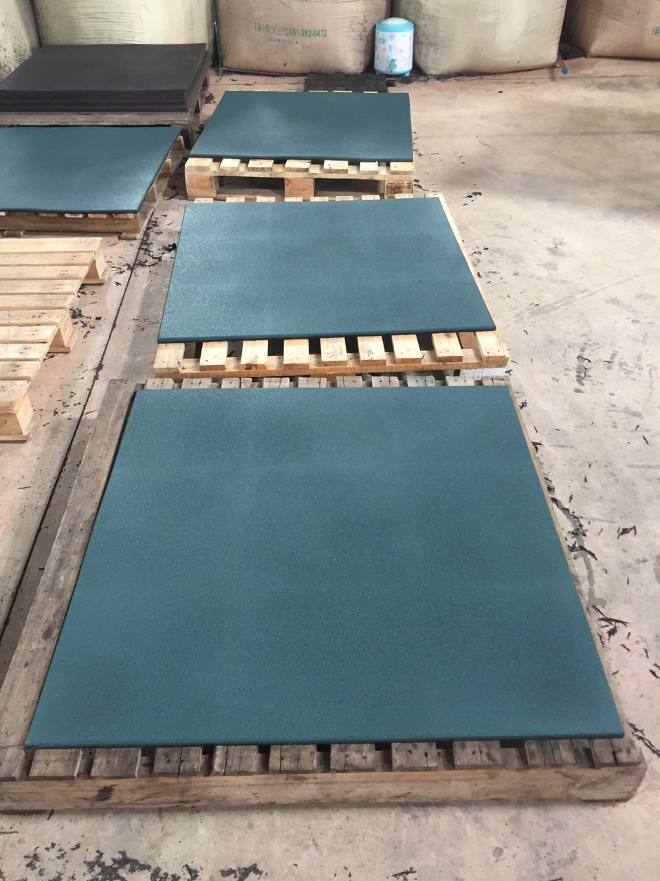 The 1000x1000x15mm rubber gym mat