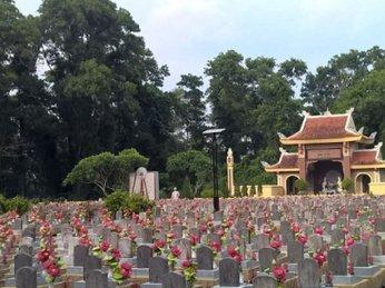 Đèn năng mặt trời thắp sáng Nghĩa trang liệt sĩ quốc gia Trường Sơn