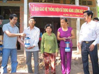 Tặng đèn năng lượng mặt trời cho các hộ nghèo tại huyện Ba Tri, Bến Tre