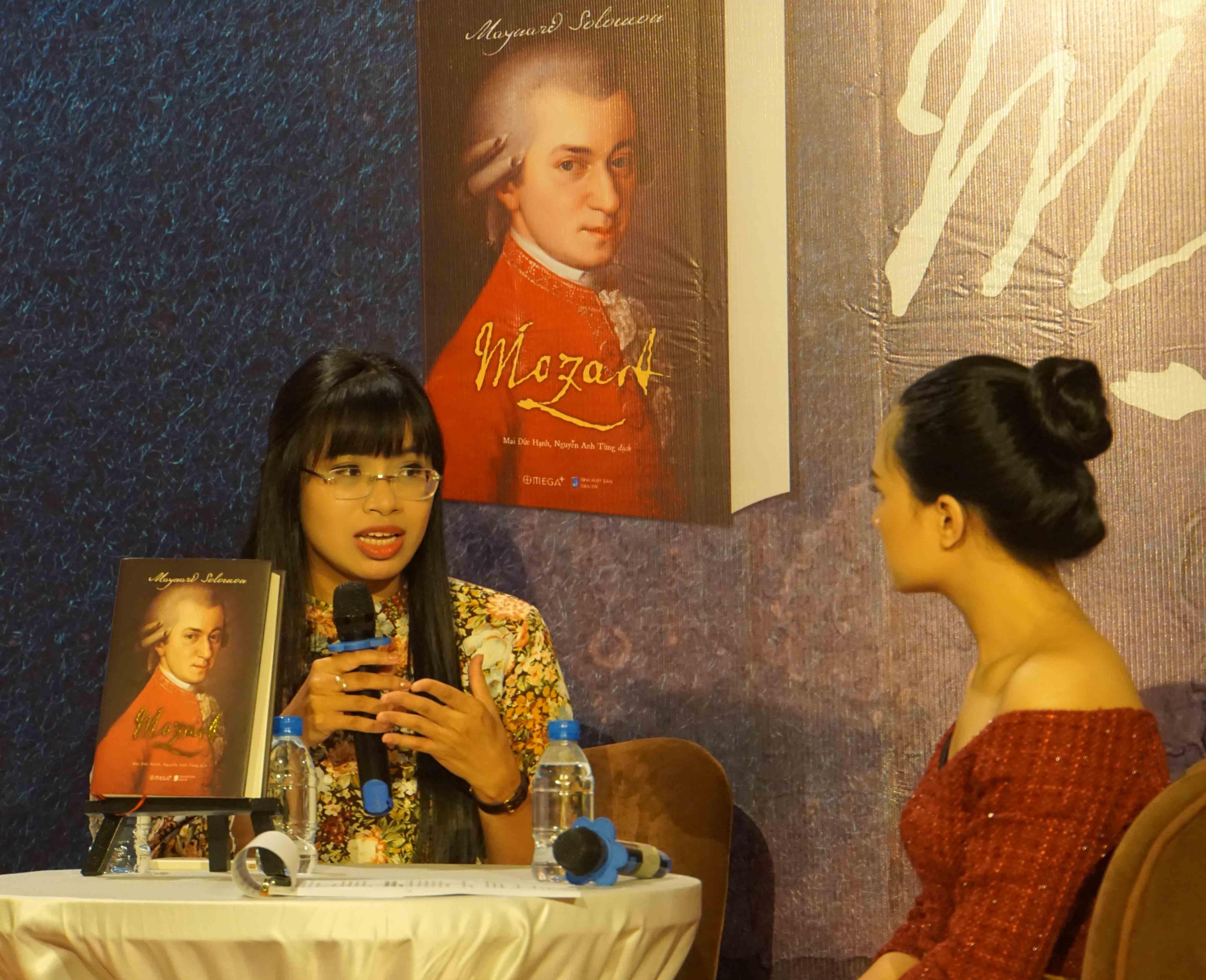 Mai Đức Hạnh đại diện cho nhóm dịch giả giao lưu ra mắt cuốn sách