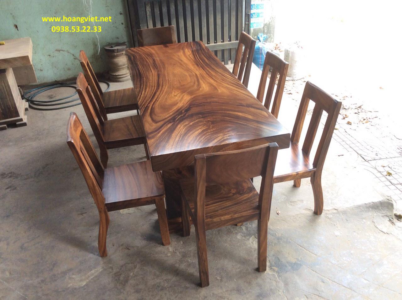 Vẻ đẹp kỳ điệu đáng kinh ngạc của bàn ghế gỗ nguyên khối.
