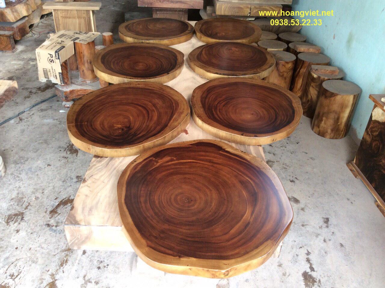 Thiết lập nét độc đáo cho quán với bàn cafe tròn chân sắt mặt gỗ me tây.