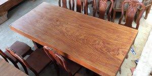 Bàn ghế gỗ nguyên khối giá bao nhiêu và cách lựa chọn bàn gỗ nguyên tấm.