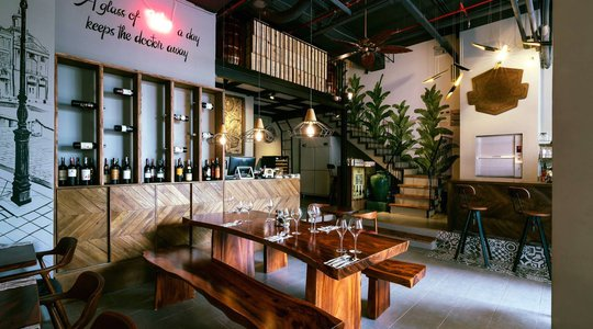 Bộ bàn gỗ me tây tạo điểm nhấn cho nhà hàng